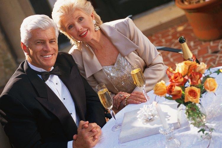 Los regalos de aniversario comúnmente siguen un patrón de color y materiales designados de acuerdo a los años cumplidos en específico.