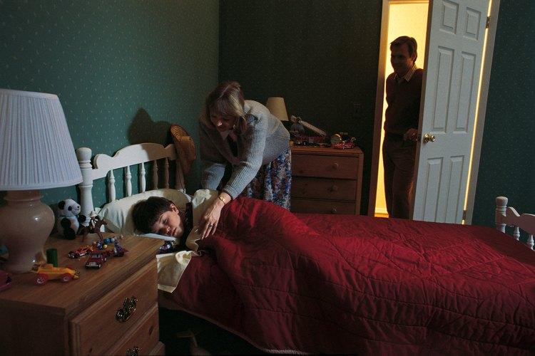 Acostar a un niño a la hora de dormir puede ayudar a asegurar una buena noche de sueño.