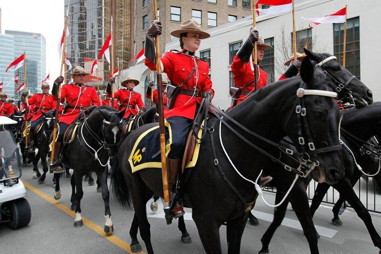 Algunos alguaciles  de la Real Policía Montada montan a caballo como parte de sus funciones.