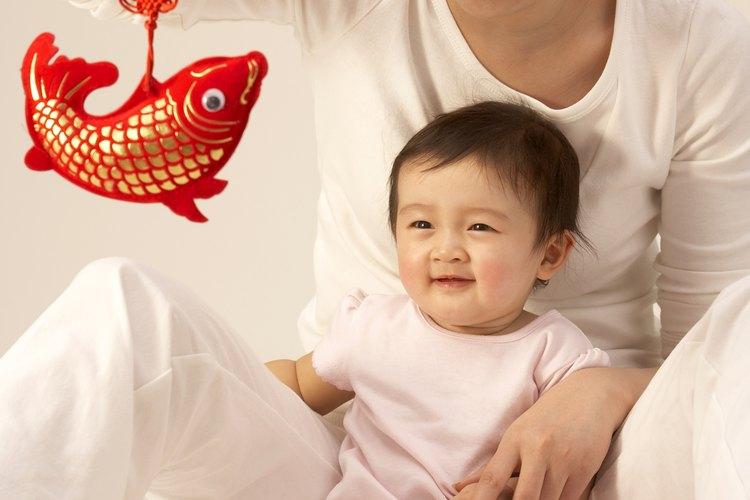 Los colores brillantes y las formas variadas les brindan estimulación cognitiva a los bebés.