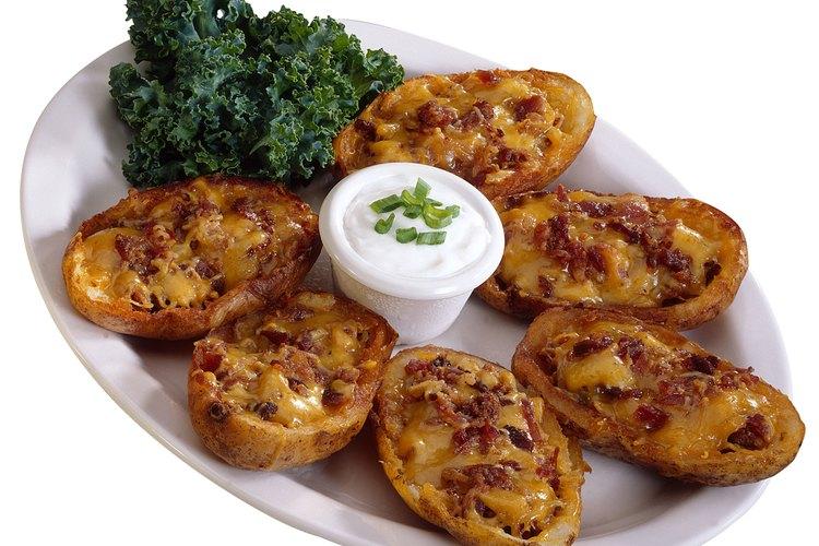 Remoja las cáscaras de patata en crema agria.
