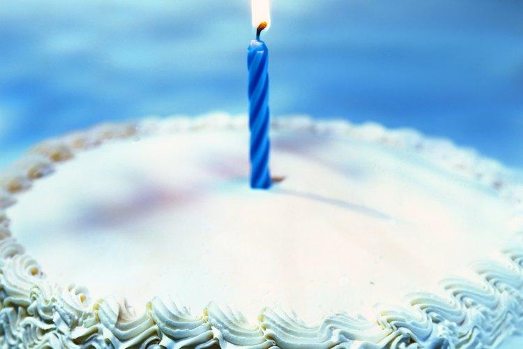 Dependiendo de la edad del hombre o del niño, puedes elegir comprar una vela con el número o aplicar individuales.