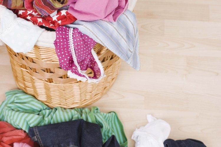 Separa los colores claros de los oscuros antes de lavar la ropa.