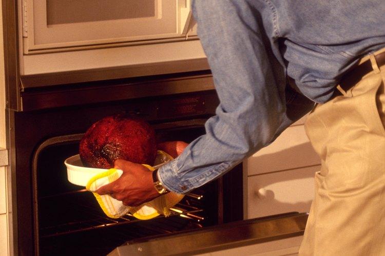 Retira el jamón del horno cuando la temperatura interna llegue a 160° F (71° C)