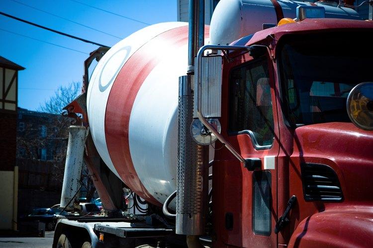 Los mezcladores de cemento estacionario son grandes en tamaño que otros tipos, permitiéndoles mezclar más concreto para proyectos de construcción.