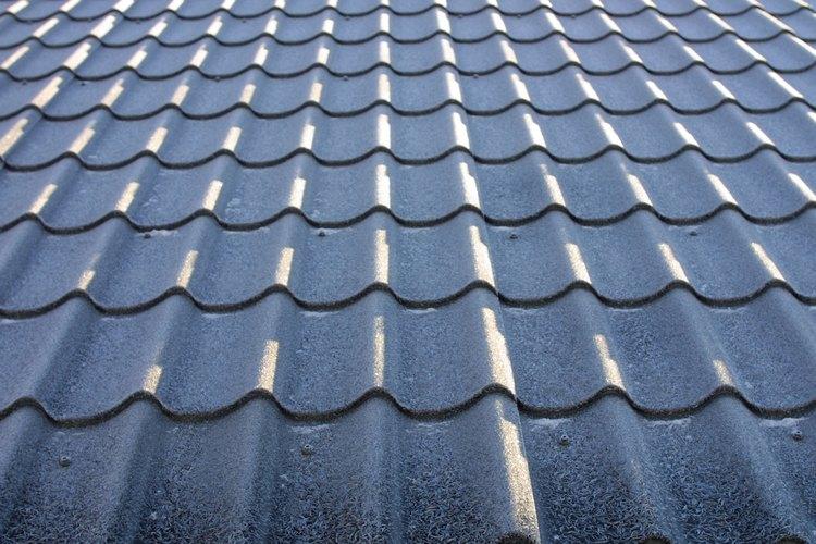 Los techos de metal se encuentran disponibles en hojas lisas y tejas.