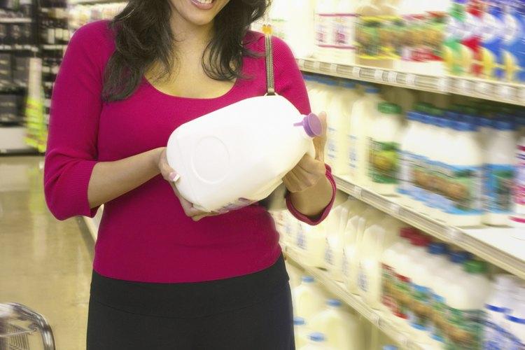 Una tienda puede usar el método de costos de inventario FIFO para calcular el costo de los bienes vendidos.