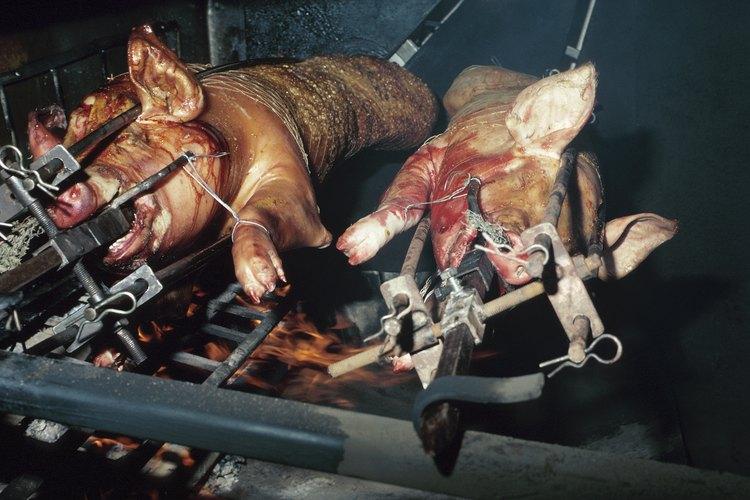 El equipo especializado para asar cerdo puede ser caro, ahorra dinero haciendo tu propio asador.