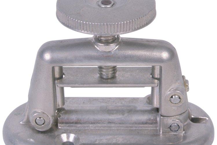 Los tornillos de banco de ingeniero también son conocidos como tornillos de banco de metalurgia y son fabricados típicamente de hierro o acero.