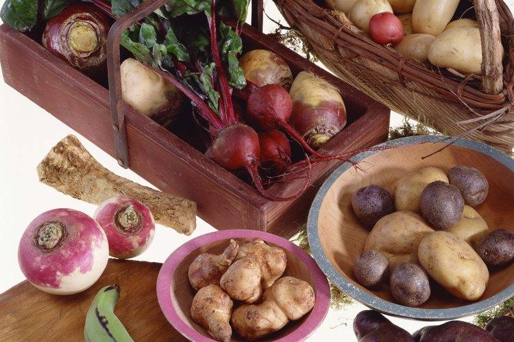 Las alcachofas de Jerusalén están en el plato rosado.