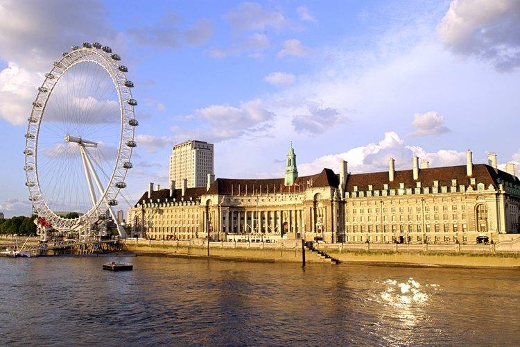 El río Támesis fluye por el corazón de Londres.