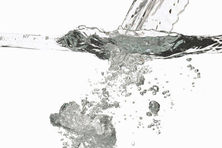 El filtro de agua mantiene el agua limpia en el dispensador.