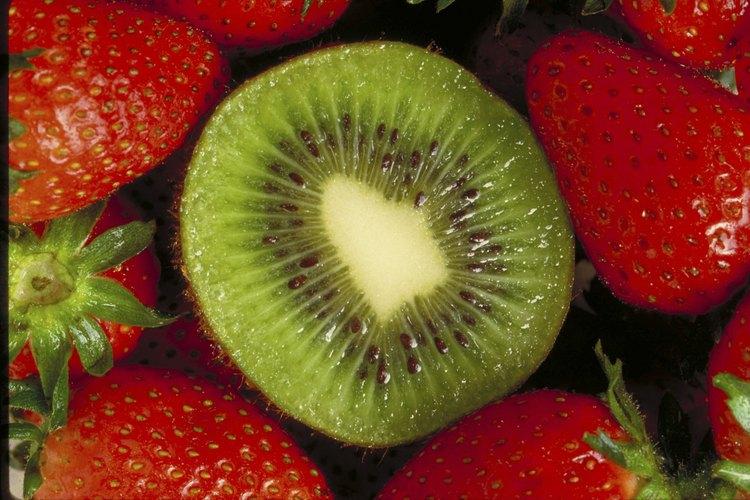 Combina frutillas y kiwi en una bebida saludable y baja en calorías.