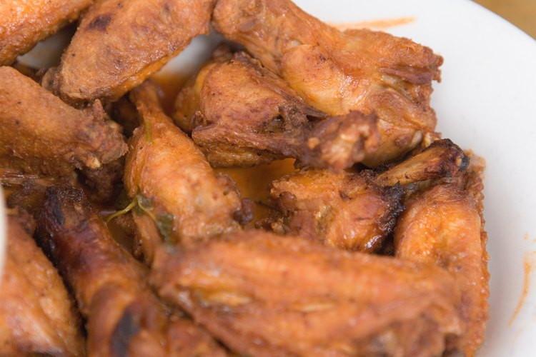 Las alas de pollo crujientes son una delicia para la cena.