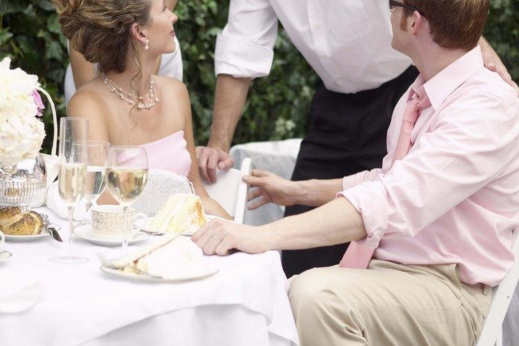 Los cobertores de silla enfatizan la decoración de una recepción de boda.
