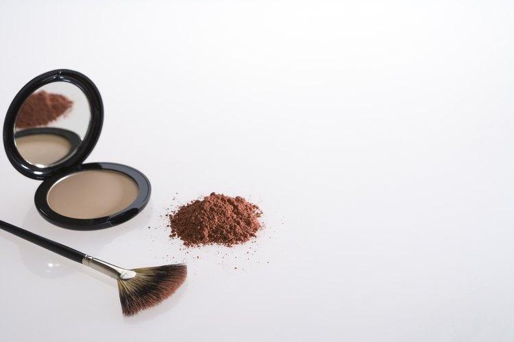 Tanto el polvo volátil como el compacto son productos de maquillaje útiles y ofrecen acabados hermosos.