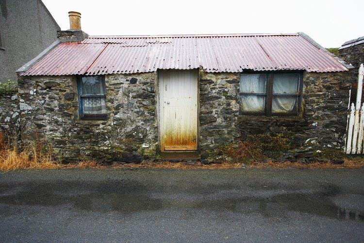 El techo de metal proporciona protección decorativa y práctica.