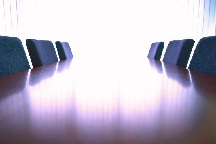 Suaviza una sala de reuniones para un retiro de matrimonios con algunos toques reflexivos.