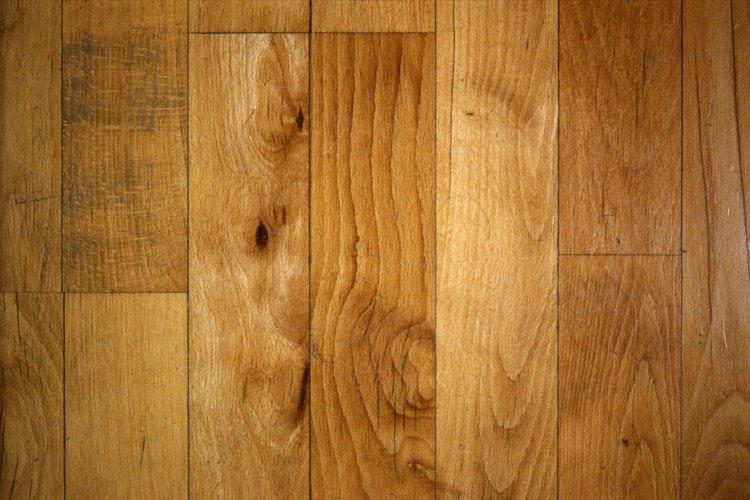 Los pisos de pino si acabar pueden teñirse para que se vean tan elegantes como la madera dura.