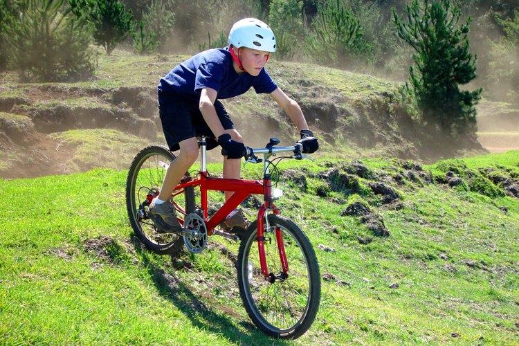Al utilizar bicicleta de montaña, asegúrate de que tus hijos usen casco de protección adecuado.