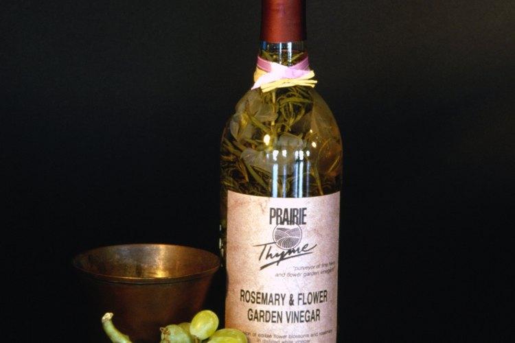 Los vinagres saborizados se pueden poner en botellas decorativas de estilo añadido.