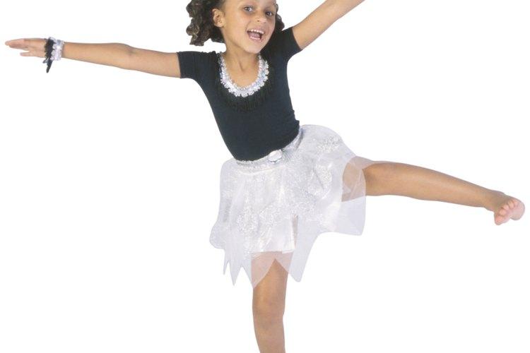 La mayoría de las actividades se pueden modificar para adaptarse a las capacidades físicas de tu niña para lograr su interés.