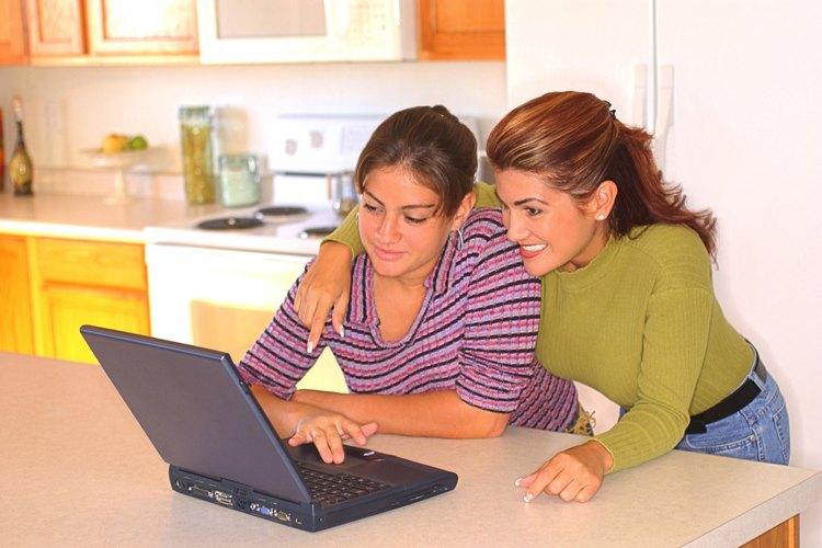 Mantener las computadoras en una área comunal de la casa te permite monitorear las actividades del adolescente.