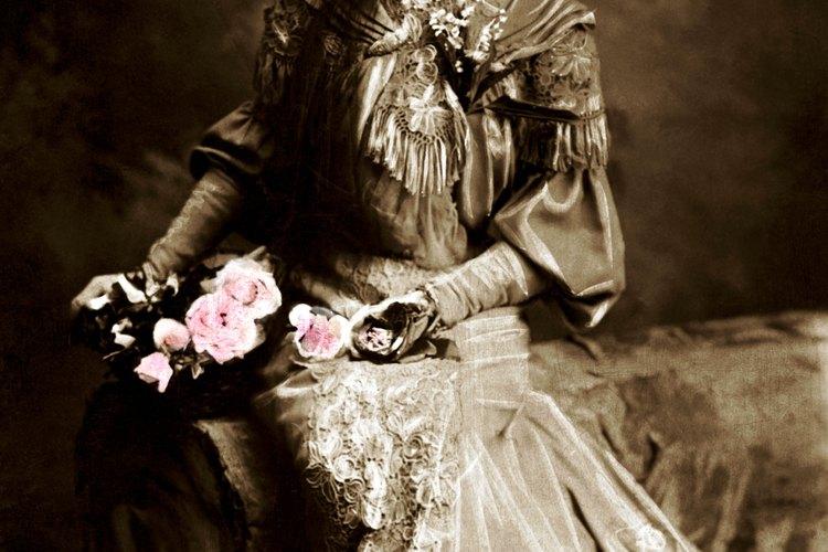 Esta mujer lleva un vestido con una camisa típica victoriana.