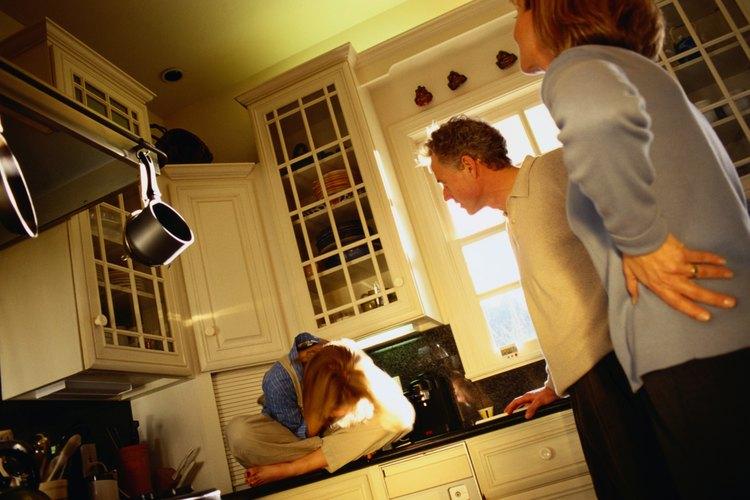 Deja de amenazar a tu hijo con consecuencias que no vas a llevar a cabo, aconseja la AAP.