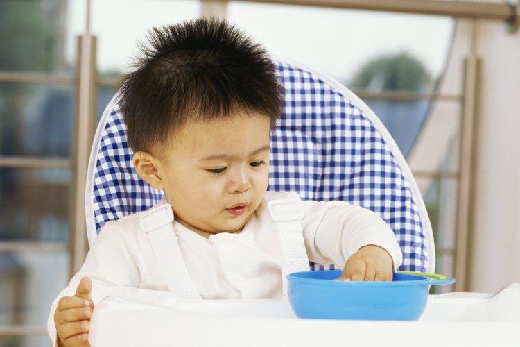 Aprender a recoger alimentos pequeños ayuda a los bebés a desarrollar la motricidad fina.