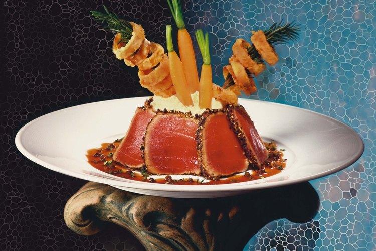 El atún es un pescado de carne oscura y debe condimentarse con estragón o romero.