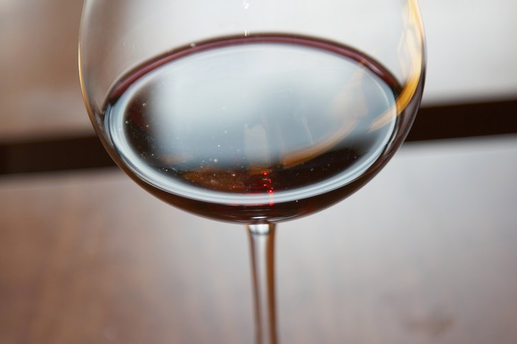 El vino tinto toma su color de las pieles de las uvas.