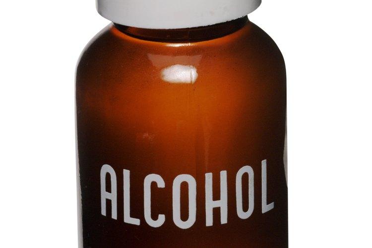 Usa alcohol para frotar para quitar las manchas de pintura a base de aceite.
