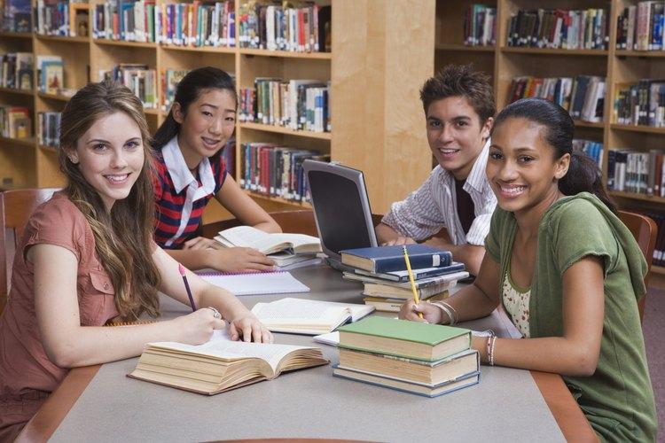 Ver a sus compañeros disfrutar de la lectura puede alentar a los adolescentes a hacer lo mismo.