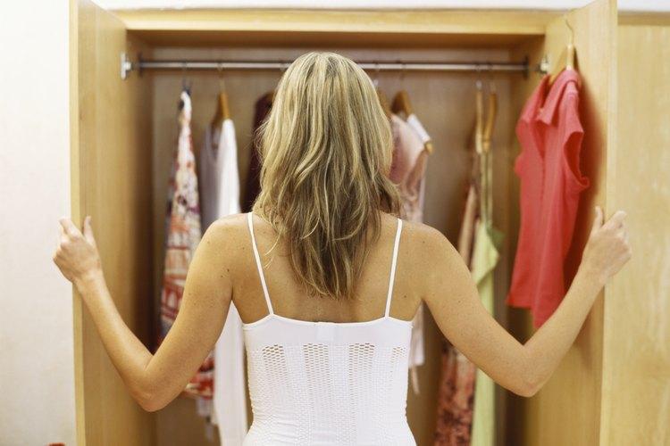 Mujer mirando su armario.