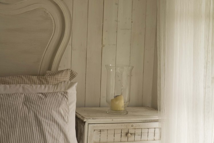 Puedes renovar una mesa de luz vieja con una mano de pintura.