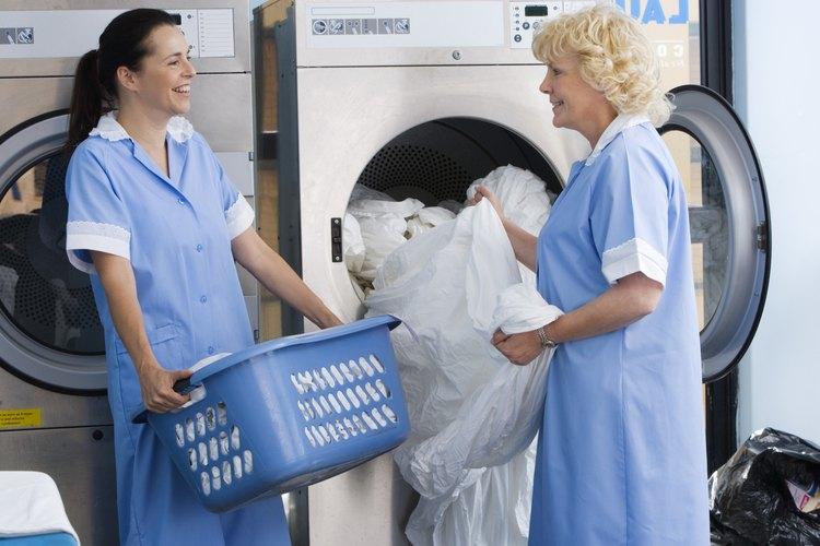 Un trabajador de lavandería de un hotel trabaja como parte del servicio del equipo de hospitalidad.