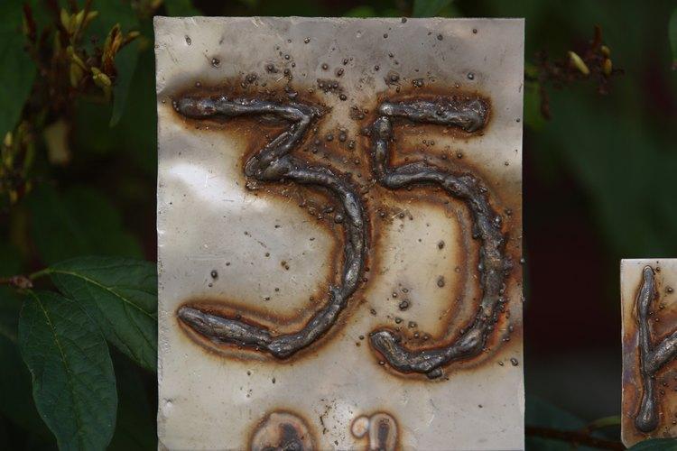 Los número soldados son un ejemplo de técnicas decorativas de soldadura.