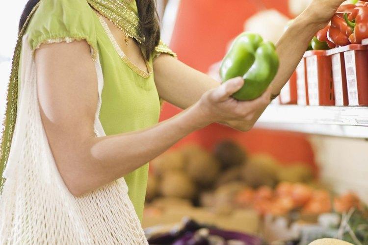 Elige frutas y verduras de varios colores.