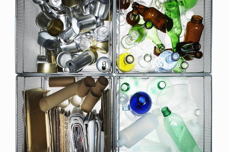El reciclaje reduce el consumo excesivo de recursos naturales.