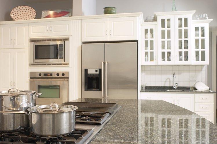 Siempre el blanco es un color seguro para combinar con las superficies de acero inoxidable de la cocina.