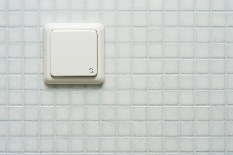 Los botones de drenaje están ubicados en la pared encima de la taza del inodoro.