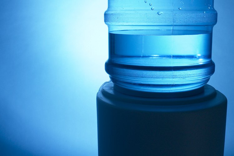 Limpia tu dispensador de agua fácilmente con vinagre.