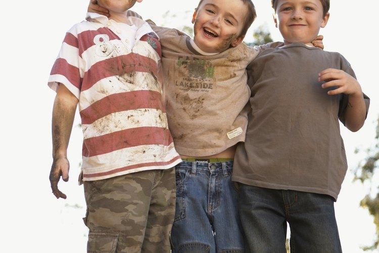 En la niñez intermedia los niños tienden a hacer amistad sobre todo con miembros de su propio género.