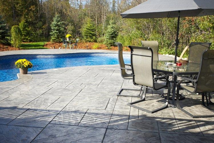 Al limpiar los patios de concreto aumentas el valor de reventa de una propiedad.