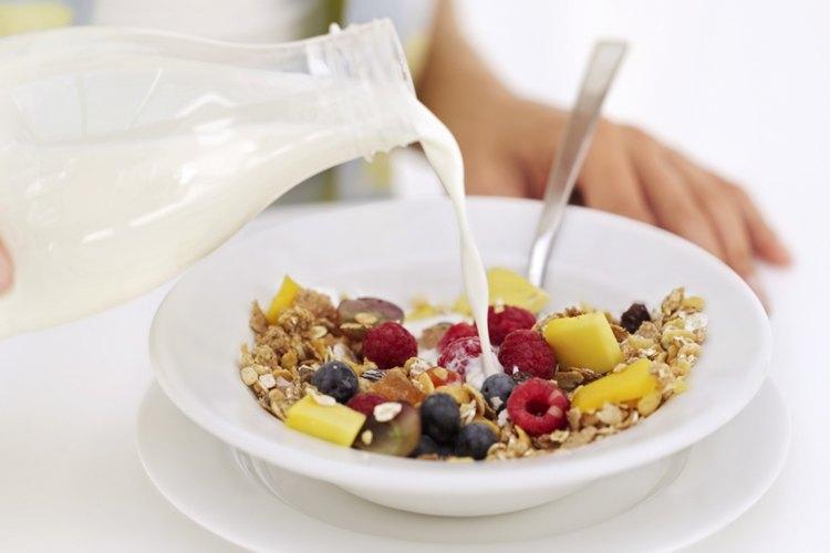Cereal entero, fruta fresca y leche semidescremada o leche de soja son populares ingredientes de desayunos bajos en calorías.