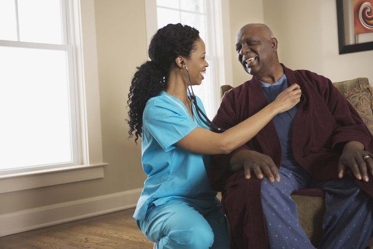 Saluda a los pacientes y sus familias con un firme apretón de manos, haz contacto visual e inclínate hacia adelante con una sonrisa cuando te presentes.
