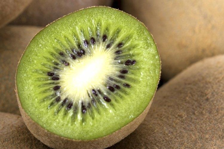 Mira la piel rizada del kiwi para asegurarte de que esté suave.