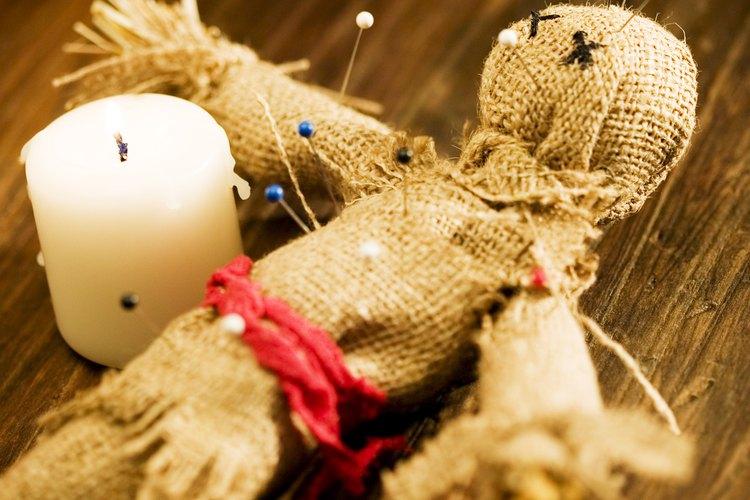 La religión vudú también utiliza hechizos, pociones y chucherías para lanzar hechizos.