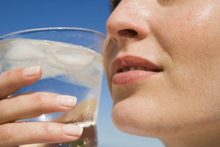 Beber agua durante el día ayuda a mantener tu aliento fresco.